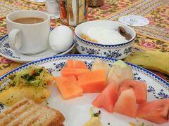 本日はアグラへ鉄道で移動する。 ジャイプール駅8時発で、ホテルの朝食は7時からだったので朝食を食べていると間に合わないかなと思いつつ、駅までは2kmほどの距離なので、軽く食べてオートリクシャーに飛び乗れば間に合うだろうということで急いで食べた。ゆで卵とバナナは電車の中で食べることにした。