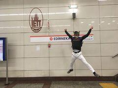 気持ちを切り替えて、トラムに乗ってLET'S GO!!  トラム「エディルネカプ」駅で降ります。    テンションMAXで地上まで駆け上ると、そこには・・・