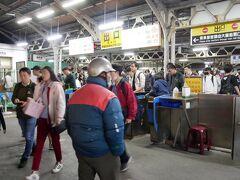 1時間ほどの乗車を経て台南駅着 すごい人です この時点で17時45分 あたりは真っ暗です