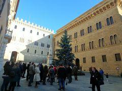 サリンベーニ広場。 3つの宮殿に囲まれて中庭みたいになっている広場に、大きなクリスマスツリーが飾ってありました。 奥にはゴシック式、右はルネサンス式、左はバロック式と建築様式の異なる宮殿が並んでいます。