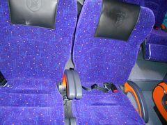ほぼ定刻18時過ぎにクアラルンプール空港に到着。 KLセントラルへの移動には、時間が掛かるけど、手頃なバスを選択。 バス表示の案内を辿り空港内の移動しました。 バスの表示には2種類ありので要注意です。最終的には、BAS/OTHERSの案内が正解でした。  バスの出発時間が迫っていた為、チケットカウンターやバスの写真を撮れませんでした。  座席が広く倒されていた状態で、フットレストもあります。快適でした。 1人RM12で大変お得です。 参考ですが、KLエキスプレスだと、RM55です。  KLセントラルまで約1時間、モノレールに乗り換えてホテルイスタナの最寄り Raja Chulan 駅へ移動。