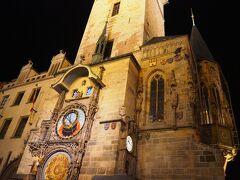 ホテルで友人と再会し、一緒に旧市街へ。 有名な旧市庁舎の天文時計。