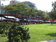 雙連朝市  雙連朝市は、長さ300mほどの一本道に、果物屋さん、野菜屋さん、花屋さん、カバンや服、靴を売っているお店など、台北市民の生活の基盤となるような露店がたくさん並んでいます。
