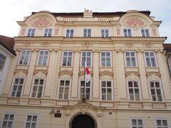 在チェコ日本大使館。 菊のご紋章が掲げてありました。