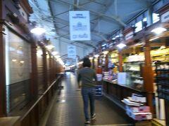 オールドマーケットの中。 少しずつ店が開いてきた