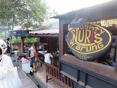 そのまま本日の夕食に向かいます。  いつも混んでいて入れない「NURI's Warung」へ。 今日はまだ早いので空いています。