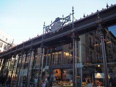 徒歩10分足らずで到着。 ガラス張りの可愛い建物。 外からいろんなお店が見えてテンションが上がる!