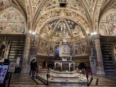 階段を下りたところにある洗礼堂です。 こんな小さな街の大聖堂でも、見事な芸術作品にあふれているなんて、イタリアってやっぱりすごいです。