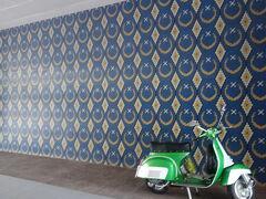 観光へ出かけます。 grabで国立モスクへ。 バイクと壁がいい感じ。