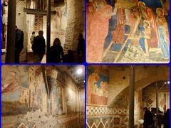 大聖堂の後陣にあるクリプタ(地下礼拝堂)に来ました。 地下なのに、けっこう広い空間で、きれいなフレスコ画で彩られています。 シエナの大聖堂は、ラピスラズリ色のフレスコ画がとても印象的です。
