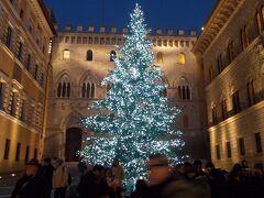 休憩して元気も復活したころには、夜景がきれいな街並みになっていました。 サリンベーニ広場まで戻ってきました。