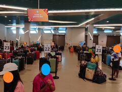 日本で出発前に連れもWebチェックインしていたのにパスポートが機械に反応しなくて長蛇の列の入国申請に回されてしまいました。審査が済んだ人はここで待つなとの指示で私は一足先に荷物が置かれている下のフロアに。スーツケースに付けられた番号順に並べられた中から自分たちのスーツケースを探します。30分ぐらいかかって連れが出てきました。