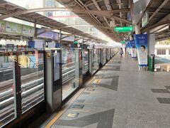 BTSの一日券(140B)を購入し、4つ目のプロンポン駅に行きます。