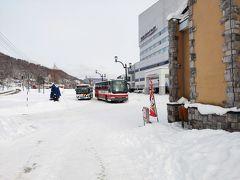旧 夕張駅の入り口のあたりから、ホテルマウントレースイを撮る。 たまたま、札幌行きのバスと、市内線が出発するところだった。
