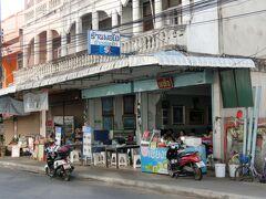 目当ての昼食は、北タイの名物料理「カオソーイ」(カレーラーメンのような料理)です。こちらの「ポーチャイ」というカオソーイの専門店は、一見どこにでもあるような大衆食堂にしか見えませんが、ネット上で拾い集めた情報によれば、世界中のカオソーイ好きが集うカオソーイの聖地…、的な店らしいので、せっかくチェンライでカオソーイを食べるのなら是非ここで、ということで訪れてみました。