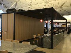 THE Qantas HongKong Lounge です。朝7:30からOpenで8時前に入ったので人が少ないです。穴場です。