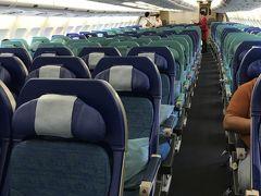 飛行機はこの日凄く空いていました。CAさんに聞いたら300席あるエコノミーだけど50席弱しかお客さんが乗っていないらしく、、、こんなに空いているの初めて、、って言ってました。