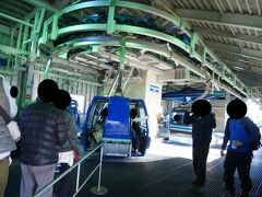「苗場ドラゴンドラ山頂駅 乗り場」  並んで並んで・・・、 ようやく、乗る事ができます!!(涙)