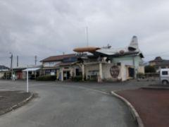 太刀洗駅に到着。  駅舎はなんかマニアックな博物館化されていて屋根に、正直引いてしまいます。