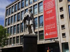 こちらも有名な画家アンソニー・ヴァン・ダイクの像です。