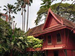 ジムトンプソンの家は、現在は博物館になっています。入場料は200Bだったと思います。ジム・トンプソンは、タイ国内にあった古民家6軒をつなげて、一つの邸宅として使っていたそうです。