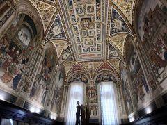 さらにこのピッコローミニ家の図書館が圧巻です。 色鮮やかに装飾を施した15世紀の聖歌本が収容されていますが、図書室のフレスコ画がすごいです。
