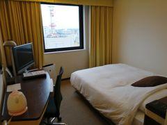 雨が降る中、「ホテルJALシティ宮崎」にチェックイン。 ダブルルームに2人だとかなり狭いけど、土曜日は宿泊費が高いからガマンガマン。