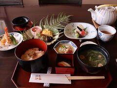 西条のランチ、酒に関係したレストランといえば、賀茂鶴酒造の直営のこの店が楽しい。 酒を使用した美酒鍋の評判が良い店だが、四季彩御膳をオーダーする。 天ぷらも温かいし、このレベルで1550円(税別)はうれしい。