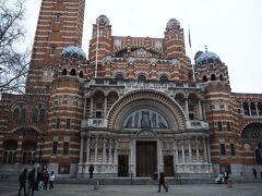 ウエストミンスター寺院から少し歩いて ウェストミンスター大聖堂にきました。  ビザンティン様式の大聖堂で、イングランド最大のカトリック教会です。 入場料無料の上に結構空いています。