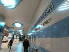 ヴェリコタルノヴォに向かう長距離バスに乗り換えるため、ソフィア中央駅のメトロの駅で降りました。空港から1時間くらいかかった(ように感じましたが、実際は30分程度でした)ので不安になり、何度も路線図を見ました。