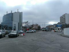 左のビルが国内線バスターミナルです。