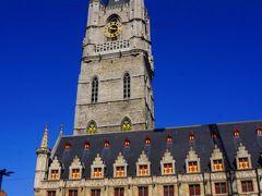 聖堂と対面する鐘楼はベルギーとフランスの鐘楼群として1999年にユネスコの世界遺産に登録されてます。56の鐘楼のうちのひとつです。