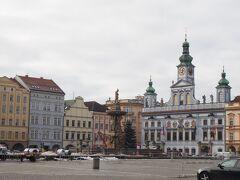 「チェスケー・ブディェヨヴィツェの中心に、この町が誇るプシェミスル・オタカル2世の四角い広場があります。面積をちょうど1ヘクタールとするヨーロッパで最も大きな広場の一つとして、数学の教科書にも記載されています。広場は、チェコで最も美しいと思われる豪華な市庁舎をはじめ、アーケードのある町人の町並みに囲まれています。」(チェコ・ツーリズムHPから引用)