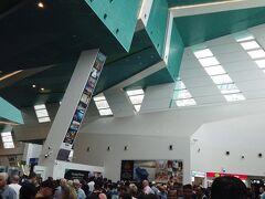 クルーズターミナルは半分がサファイヤプリンセス、半分がクァンタムで乗船 手続きを行います。