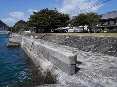 三角西港には、築港当時に造られた石積埠頭が残っている。 石造りと言うと冷たい印象を受けるが、ただのコンクリートで塗り固められた港に比べると、柔らかく温かい感じだ。 この埠頭には、開港当時、三つの浮桟橋が設けられていたそうだが、今は残っていない。
