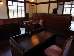 その水路の袂から石段を登って行ったところに、旧三角簡易裁判所があった。 見学できるようになっていたので立ち寄ってみると、実際に使われていた法廷が残されていた。 ここは、平成4年まで現役の裁判所として使われていたそうだ。