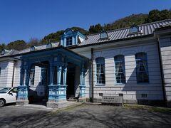 同じ高台には、白と水色の外観が特徴的な建物も建っていた。 これは、明治35年に建てられた旧宇土郡役所。 仕上げには、漆喰が使われているそうだ。