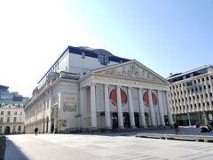 その正面には王立モネ劇場。1819年に建てられた新古典様式のオペラハウスです。