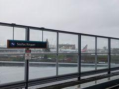 シアトル・タコマ空港(シータック空港)到着。 予定より早く、8:00台に到着しました。 入国審査もLAXみたいに混んでなくてスムーズ。 電車とバスを乗り継いでダウンタウンのホテルへ向かいます。 小雨模様のシアトル。 雨が多い町だということなので想定内。