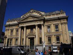 北側の小路を抜けると正面に見えてきたのは旧ブリュッセル証券取引所。1873年の建築でオーギュスト・ロダンの彫刻が飾られているそうです。