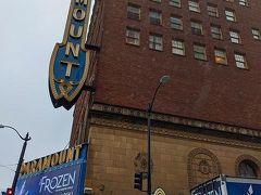 ホテルの立地するPine Stを真っ直ぐ15分ほど歩くと、パラマウントシアターがアルよ。 明日、2/7からここで「FROZEN」が上演されます。 今回、シアトルに決めた理由のひとつがコレ! Hollywood公演ですっかり魅了された私は、また観たい!と思っていて、友人もそんなに良いなら観てみたいと言ってくれてシアトルになりました。