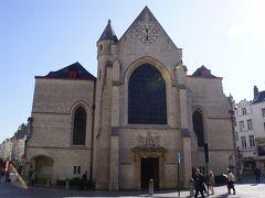 右手には聖ニコラス教会