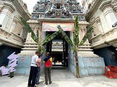 チャイナタウンのヒンドゥー教のお寺に。さっきのバトゥ洞窟のお祭りの修行の人たちは、ここから徒歩で行くらしい。左側で、靴を脱いで預けてから入ります。