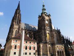 聖ヴィート大聖堂の南塔  聖ヴィート大聖堂を正面から出て、建物に沿って左側に回り込んだところにこちらの塔があります。 プラハ城の入場チケットを購入する際、こちらの南塔展望塔のチケットも購入しておきましたので、登ります。  もちろんエスカレーターやエレベーターなどなく、自分の足で登るしかありません。 今回の旅行でいくつか登った中で、ここが一番きつかった。 だんだんと無言になり、いつ着くともわからない階段をひたすら登り続けました。