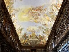 そろそろ時間になったのでストラホフ修道院の図書館へ向かいます。 こちらも写真撮影をするためには別途撮影料が必要です。  入場料は大人120コルナ、子供60コルナで撮影料はプラス50コルナです。  こちらは哲学の間  1782年に完成した部屋で、42,000以上の蔵書があり、哲学書だけではなく、あらゆるジャンルの書物が収められているそうです。 入口までしか入れず、入口から写真を撮影するのみでした。
