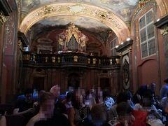 小さな教会でしたが、大変美しい教会で、観客席はほぼ満席でした。