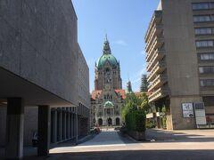 市役所が奥に  手前左はKUBUSというアートギャラリー