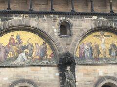 聖ペトリ大聖堂 の正面に描かれている絵 と人 サンピエトロ大聖堂の2つの塔の南側に登ることができます。これは265ステップを克服する必要があります!多くの古い塔のように、それは狭い階段でらせん階段を上ります。 上3分の1には、4つの大きな鐘の1つを渡します(他の3つは北塔に吊り下げられています)。  タワーの高さは約98.5メートルです。  展望台からは、マーケット広場とブレーメンの市内中心部の素晴らしい景色を眺めることができ、天気の良い日には遠く離れています。