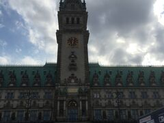 ハンブルク市庁舎 1842年5月、ハンブルクの街は大火に襲われました。 なんと4日間も炎上し、ハンブルクの1/3が灰塵と化してしまいました。 このために、13世紀末に建てられた木組みの市庁舎も焼けて消滅。 現在ある市庁舎は建設費1100万ドイツマルクを投じて1897年に完成したものです。  当時のハンブルクはプロシア王ウィルヘルム1世のドイツ帝国時代(1871-1918)の真っ只中。 ハンブルクの経済的繁栄は最高潮に達し、鉄道駅が造られ、トラムが走り、ホテルやオフィスビルが続々と建ち並び、近代化に向かっていました。