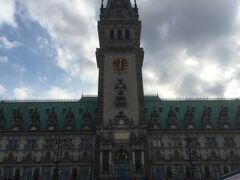 ハンブルクの市庁舎は1897年に完成したネオ・ルネッサンス様式。 砂岩と花崗岩で造られているようです。 同じハンザ同盟都市のリューベックやブレーメンの市庁舎は、レンガ造りでしたが、ハンブルクの市庁舎はレンガを使っていないとは!ちょっとおどろきました。